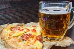 Lekki piwo w szklanej i fragrant Włoskiej pizzy Zdjęcie Stock