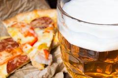 Lekki piwo w szklanej i fragrant Włoskiej pizzy Obrazy Royalty Free