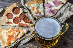 Lekki piwo w szklanej i fragrant Włoskiej pizzy Fotografia Royalty Free
