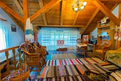 Lekki pokój żyłuje z drewnem i tkanymi chodniczkami na podłoga Zdjęcia Royalty Free