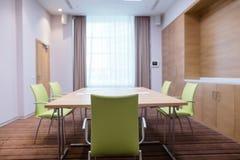 Lekki pokój konferencyjny z budowa meble, brown zasłonami i białym tiulem, Fotografia Royalty Free