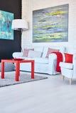 Lekki pokój z czerwień stołem Obraz Stock