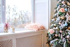 Lekki pokój z okno i drzewem Pojęcia wnętrze, Szczęśliwy Nowy Obrazy Stock