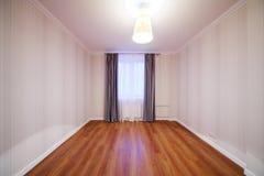 Lekki pokój z połyskiem i okno z zasłonami Fotografia Royalty Free