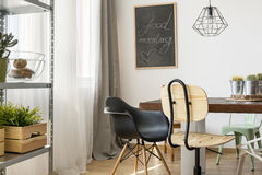 Lekki pokój z społecznym stołem Obraz Royalty Free