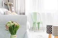 Lekki pokój z wyścielanymi stolec Fotografia Stock