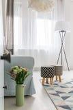 Lekki pokój z wzorzystym dywanem Zdjęcie Royalty Free