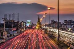 Lekki ruch drogowy na drodze przy nocą wokoło pagody Obrazy Royalty Free