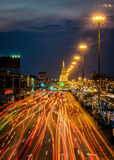 Lekki ruch drogowy na drodze przy nocą wokoło pagody Zdjęcie Royalty Free