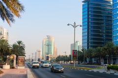Lekki ruch drogowy wzdłuż ważnej, arterialnej autostrady przez metropolit, Fotografia Stock