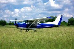 Lekki szkolny samolot na trawie zdjęcie royalty free