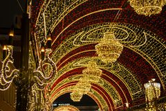 Lekki tunel z świecznikami w zmierzchu Długa lekka instalacja rozciągał wzdłuż chodniczka zdjęcia stock