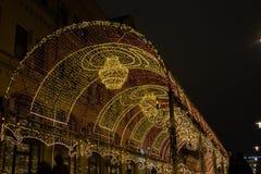 Lekki tunel z świecznikami w zmierzchu Długa lekka instalacja rozciągał wzdłuż chodniczka zdjęcia royalty free