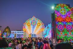 Lekki wystrój Bangkok metropolia przy nowego roku światła przedstawienia skrzynką w Bangkok z ludźmi Przychodzącymi Widzieć świat obrazy stock