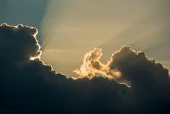 Lekkich promieni połysk przez chmur Obrazy Stock