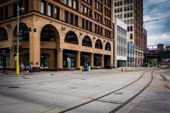 Lekkie linie kolejowe i budynki w w centrum Minneapolis, Minneso Obraz Stock