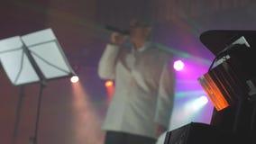 Lekkiego światło reflektorów koncerta muzyki retro koncert zamazywał tło styl życia senior starego człowieka śpiew w mikrofon zdjęcie wideo