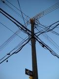 Lekkiego Drewnianego słupa Elektryczni druty Zdjęcie Stock