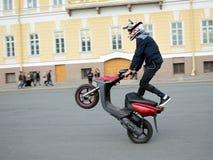 Lekkomyślnie kierowca na motorowej hulajnoga obrazy royalty free
