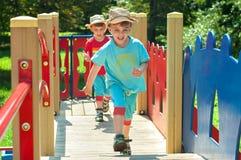Leklås-upp för tvilling- bröder på lekplatsen Royaltyfria Bilder