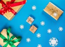 Lekmanna- begrepp för lägenhet av julobjekt på en blå tabell Sammansättning inkluderar garneringar, snöflingor, bär och ris Royaltyfria Foton