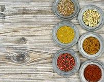 Lekmanna- begrepp för lägenhet, kopieringsutrymme, blandade torkade kryddor i tappningtenn fotografering för bildbyråer