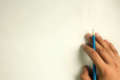 Lekmanna- blyertspenna förestående, isolerat på fritt utrymme för vit bakgrund Arkivfoton