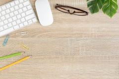 Lekmanna- foto för lägenhet av kontorsskrivbordet med musen och tangentbordet, bästa sikt arkivbild