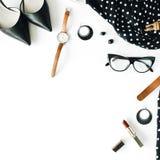 Lekmanna- kvinnlig kläder- och tillbehörcollage för lägenhet med den svarta klänningen, exponeringsglas, skor för hög häl, handvä Arkivbilder