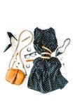 Lekmanna- kvinnlig kläder- och tillbehörcollage för lägenhet med den svarta klänningen, exponeringsglas, skor för hög häl, handvä Arkivbild