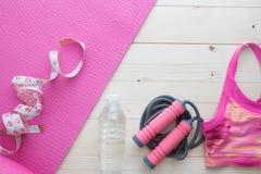 Lekmanna- lägenhet, bästa sikt av det sunda begreppet med sportbehån, matt yoga, Royaltyfria Foton
