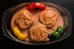 Lekmanna- lägenhet, bästa sikt close upp Laga mat en bulgarisk traditionell matställe Välfyllda spanska peppar i tomatsause arkivbilder