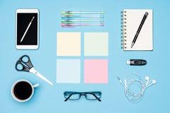 Lekmanna- lägenhet för kontorsskrivbord Bästa sikt av tabellen för funktionsdugligt utrymme med morgonkaffe, smartphonen och brev arkivfoton