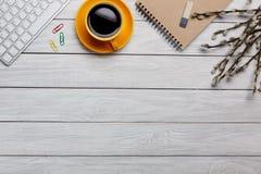 Lekmanna- lägenhet, för kontorstabell för bästa sikt skrivbord Workspace med den tomma anmärkningsboken, tangentbordet, makron, k royaltyfri foto