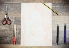 Lekmanna- lägenhet - kontorsutrustning, ett ark av papper med blyertspennor, scis Arkivbilder
