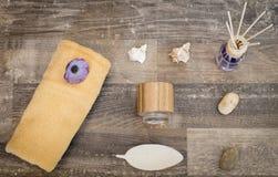 Lekmanna- lägenhet - wellness, wellnessprodukter på en yttersida av trä Royaltyfri Fotografi