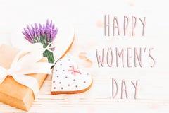 Lekmanna- lycklig lägenhet för tecken för text för dag för kvinna` s 8 mars rosa hjärtaflowe Arkivfoton