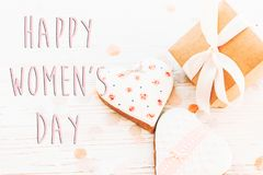 Lekmanna- lycklig lägenhet för tecken för text för dag för kvinna` s 8 mars rosa hjärtaflowe Royaltyfri Foto