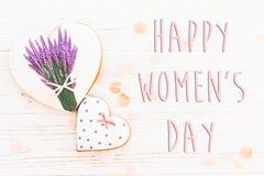 Lekmanna- lycklig lägenhet för tecken för text för dag för kvinna` s 8 mars rosa hjärtaflowe Royaltyfri Bild