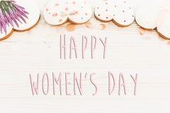 Lekmanna- lycklig lägenhet för tecken för text för dag för kvinna` s 8 mars rosa hjärtaflowe Arkivfoto