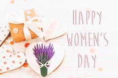 Lekmanna- lycklig lägenhet för tecken för text för dag för kvinna` s 8 mars rosa hjärtor flödar Fotografering för Bildbyråer