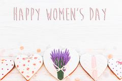 Lekmanna- lycklig lägenhet för tecken för text för dag för kvinna` s 8 mars rosa hjärtor flödar Royaltyfri Foto