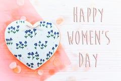 Lekmanna- lycklig lägenhet för tecken för text för dag för kvinna` s 8 mars rosa hjärtor flödar Arkivbild