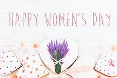 Lekmanna- lycklig lägenhet för tecken för text för dag för kvinna` s 8 mars rosa hjärtor flödar Royaltyfri Fotografi