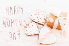 Lekmanna- lycklig lägenhet för tecken för text för dag för kvinna` s 8 mars rosa hjärtor flödar Royaltyfria Bilder