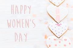 Lekmanna- lycklig lägenhet för tecken för text för dag för kvinna` s 8 mars rosa hjärtor och c Royaltyfri Foto