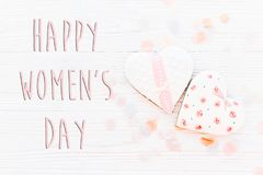 Lekmanna- lycklig lägenhet för tecken för text för dag för kvinna` s 8 mars rosa hjärtor och c Fotografering för Bildbyråer