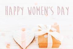 Lekmanna- lycklig lägenhet för tecken för text för dag för kvinna` s 8 mars rosa hjärtor och p Royaltyfria Foton