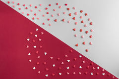 Lekmanna- modell för härlig lägenhet av hjärtor med kopia-utrymme på grå och röd bakgrund för dag för valentin` s Royaltyfri Bild