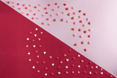 Lekmanna- modell för härlig lägenhet av hjärtor med kopia-utrymme på rosa kvarts och röd bakgrund för dag för valentin` s Arkivfoton